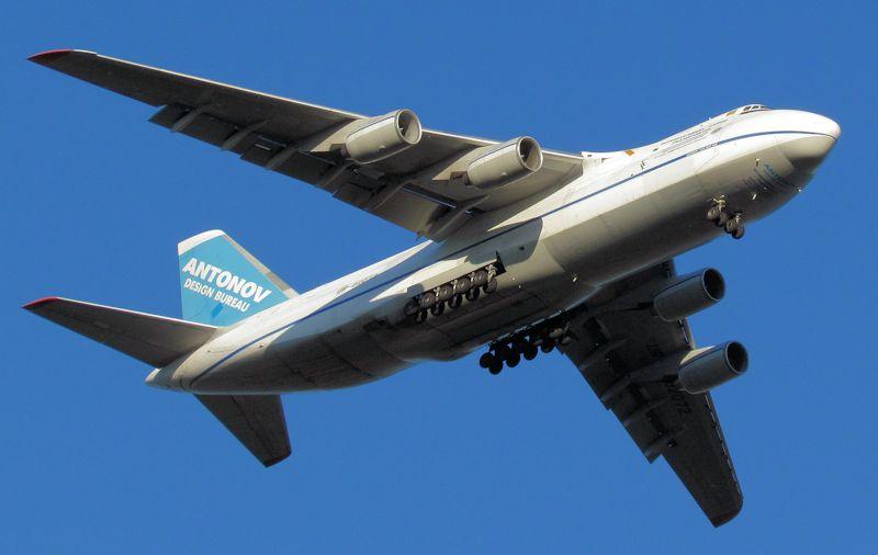 Antonov_AN124_UR-82072_manchester_08082012_800